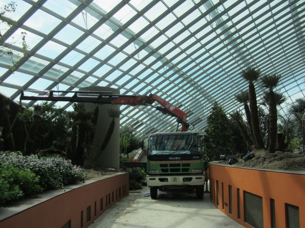 06a Lorry crane to hoist plant displays inside Flower Dome, Garden by the Bay